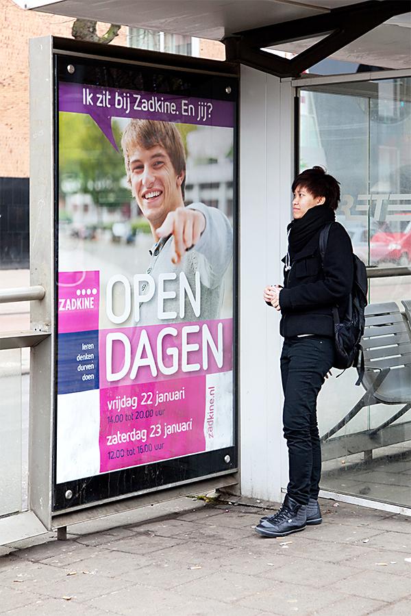 poster Zadkine studenten in abri in bushalte